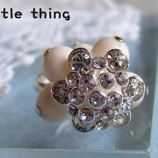 Shiny Ladies Flower Ring With White Beads