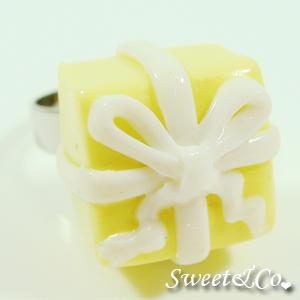 Sweet Christmas Yellow Present Ribbon Silver Ring