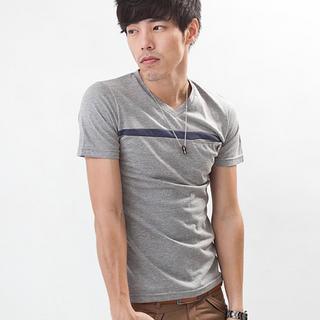 V-neck Pocket-front T-shirt